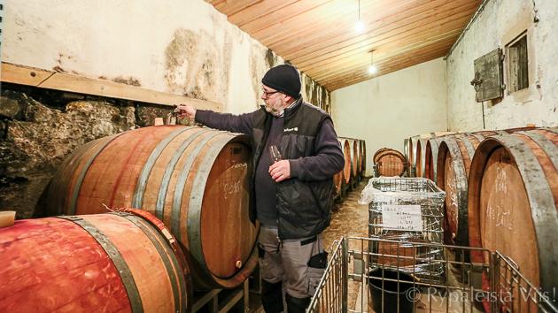 Rene-Jean-Dard-ottaa-viiniä